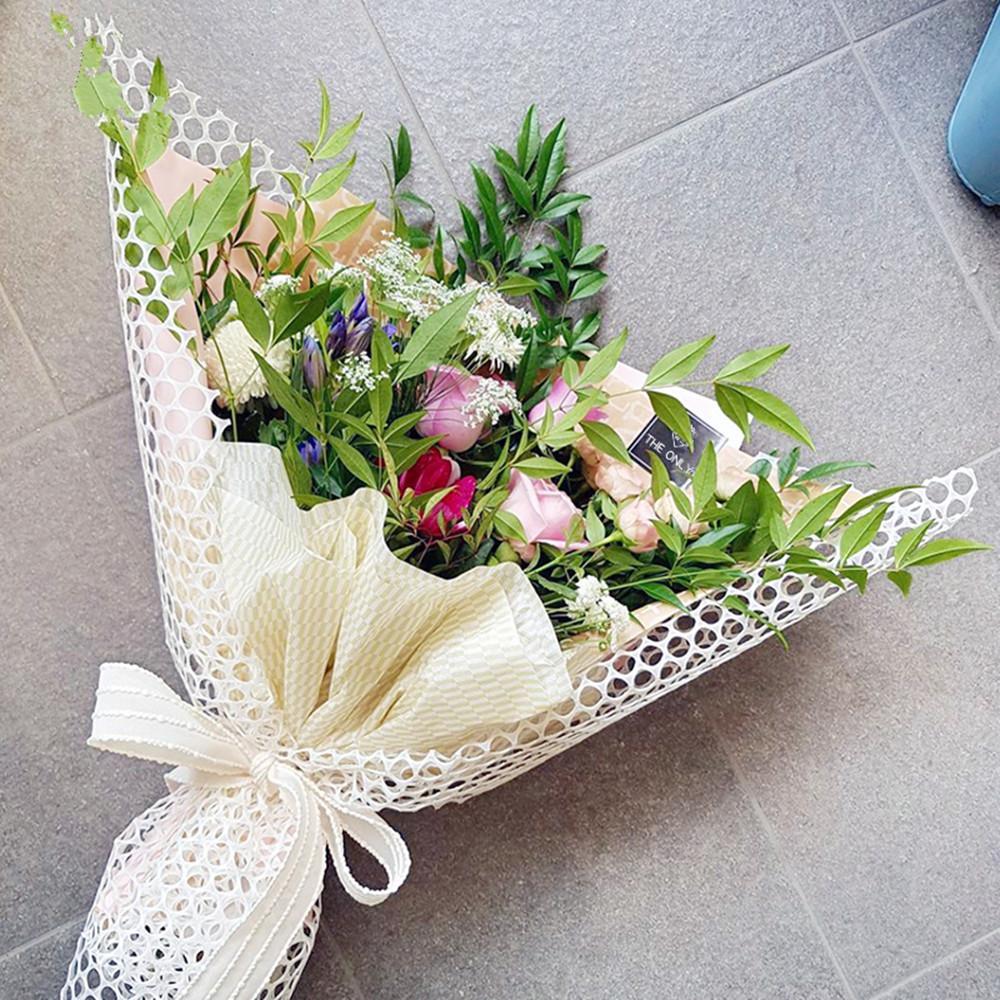 Невесты камнями, букеты оформленные в сетке