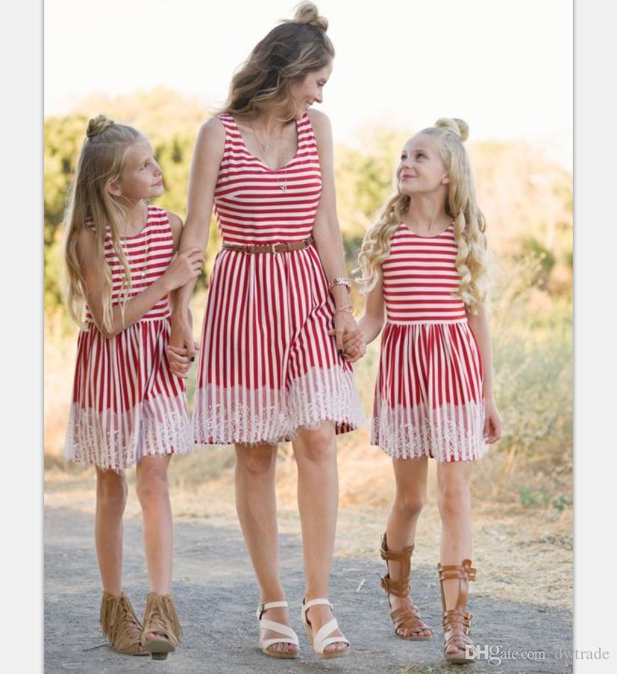 Großhandel Neue Mutter Und Tochter Outfits Rot Weiß Gestreifte Spitze Herm  Definierte Taille Sleeveless Mädchen Kleider Mutter Tochter Passende