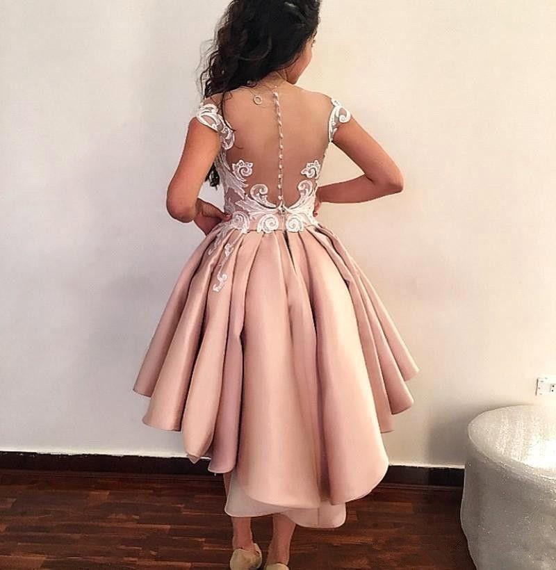 Sheer Malha Top Vestidos de Cocktail de Cetim 2019 Lace Applique Sobre Saias Formal Alta Baixa Sheer Voltar Partido Curto Vestidos de Baile Com Botões BA8007
