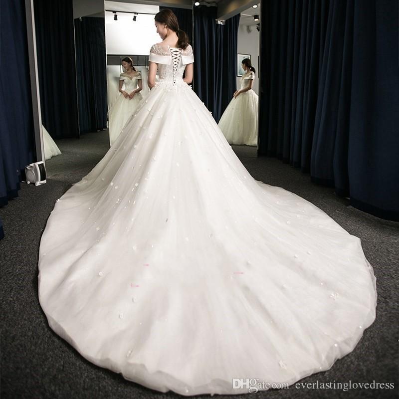 Organza de raso en línea Appliqued cordón de la bola de vestidos de novia vestido con flores apliques de abanicos para boda Al por mayor
