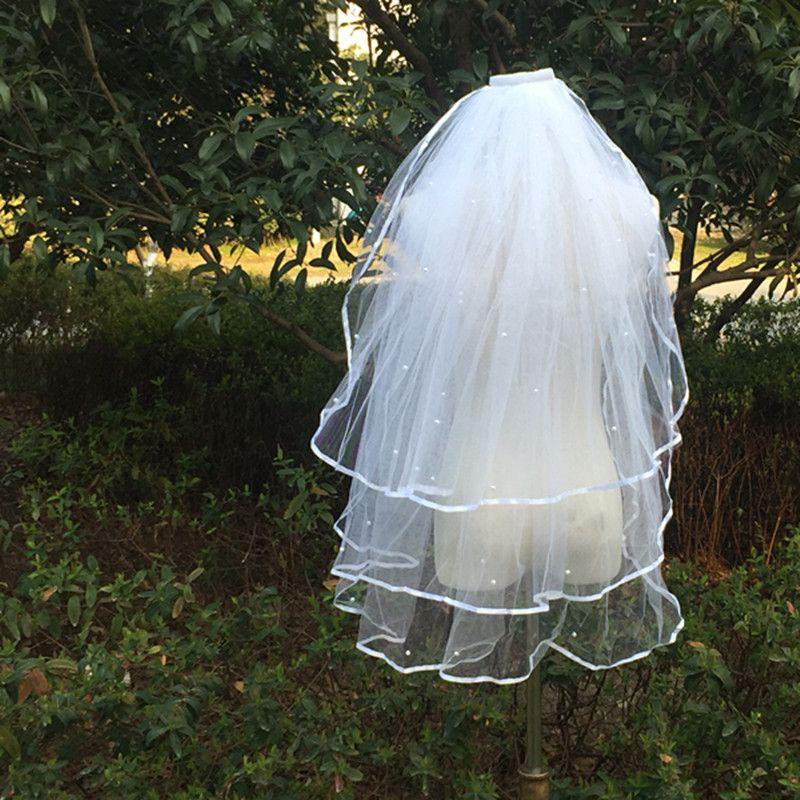2018 frete grátis borda da fita curto casamento véus 3 camadas pérolas marfim branco véus de noiva acessórios do casamento