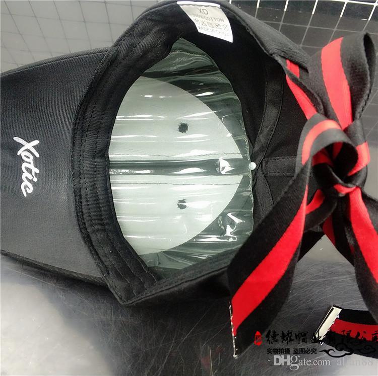 Hutmädchen-Frühlingsart streifte Bandfliege mit Schattenstudenten-Baseballmütze der Schattenkappe der Zunge im Freien