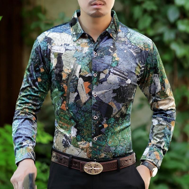 innovative design b869a 2be4b Camicia verde Uomo 2018 Manica lunga Camicia in velluto Abito da uomo  Bottone floreale Camisa Masculina sociale De Luxo