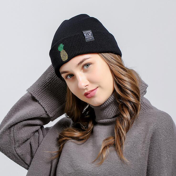 Compre 2018 Mulheres Chapéus De Inverno Quente De Malha Trança Hat Abacaxi  Bordado Meninas Gorros De Malha Gorros Femininos Hip Hop Skullies Bonnet  Femme De ... 5e62baae407
