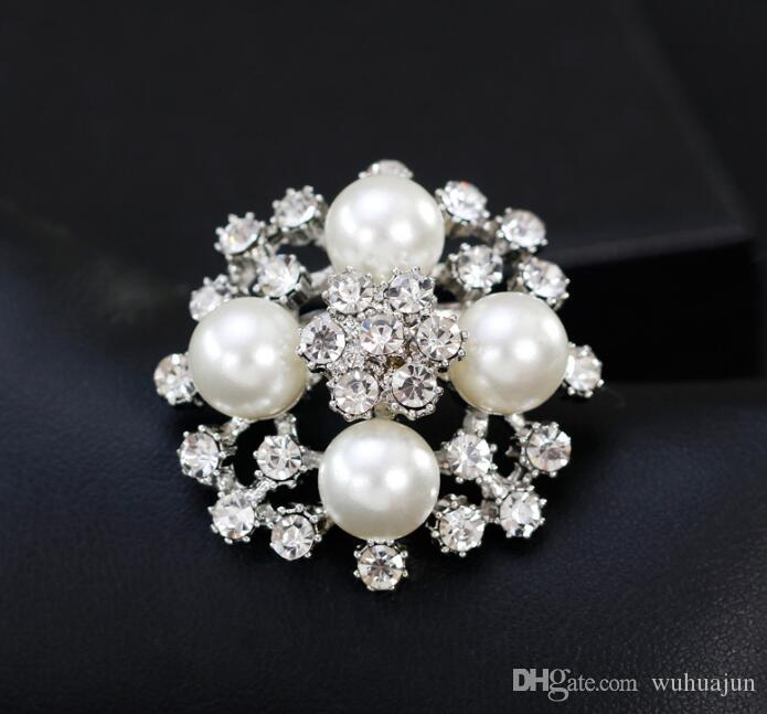 Nouveau 2018 Femmes Broches Lady Géométrie Forme Blanc Perle Cristal Pins Broche Taille 3.6 * 3.6 cm Cadeau de Saint Valentin