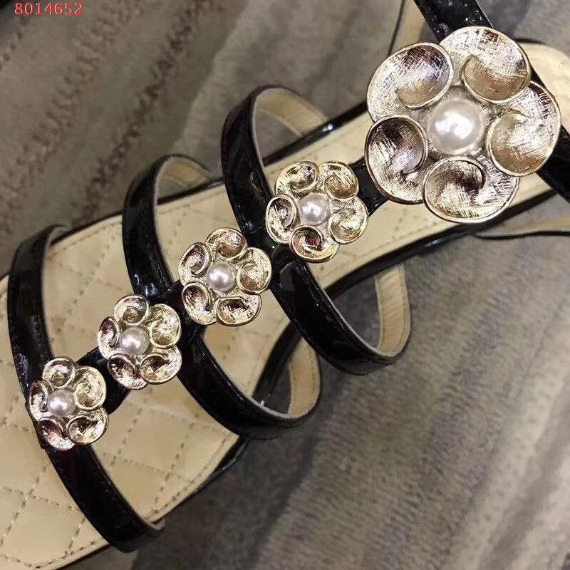 2018 sandalias de moda de cuero de alta calidad de las mujeres sandalias de moda gruesa hiil med hebilla Tamaño 35-40 patrón de flor de cuentas