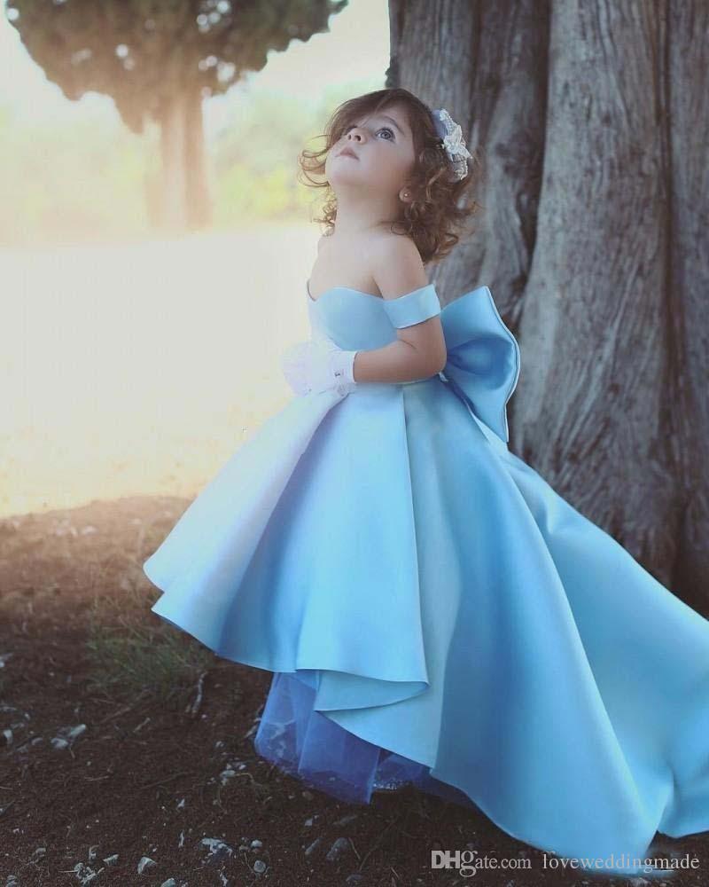 2019 Bonito Fora Do Ombro Azul Meninas Pageant Vestidos Crianças Grande Arco De Cetim Alta Baixa Vestidos Da Menina de Flor De Aniversário Dos Miúdos Desgaste Da Festa