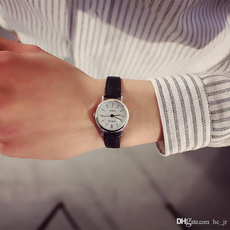 b1de153760c Compre Senhoras Relógio Moda Casual Relógio Quiet Temperamento Macio E  Elegante Cinto De Relógio Estudante Retro Rodada Sen Feminino Relógios  Compactos De ...