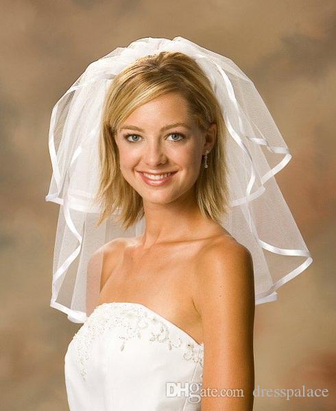 2018 Nuovi accessori da sposa Bianco / Avorio Fashion Ribbon Edge Short Due strati di veli da sposa con pettine Alta qualità Spedizione gratuita
