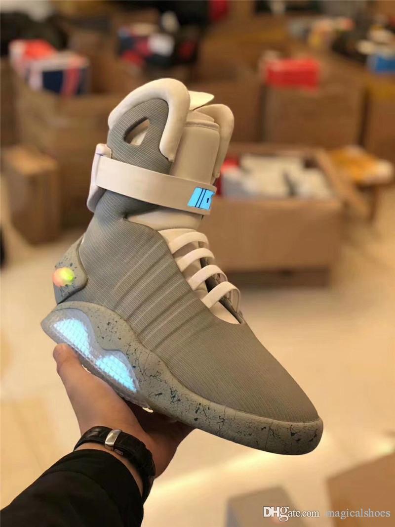 classic fit 70424 5ef9c Großhandel Automatische Schnürschuhe Air Mag Sneakers Marty McFlys LED  Schuhe Zurück In Die Zukunft Glow In The Dark Graue Stiefel McFlys Sneakers  Mit Box ...