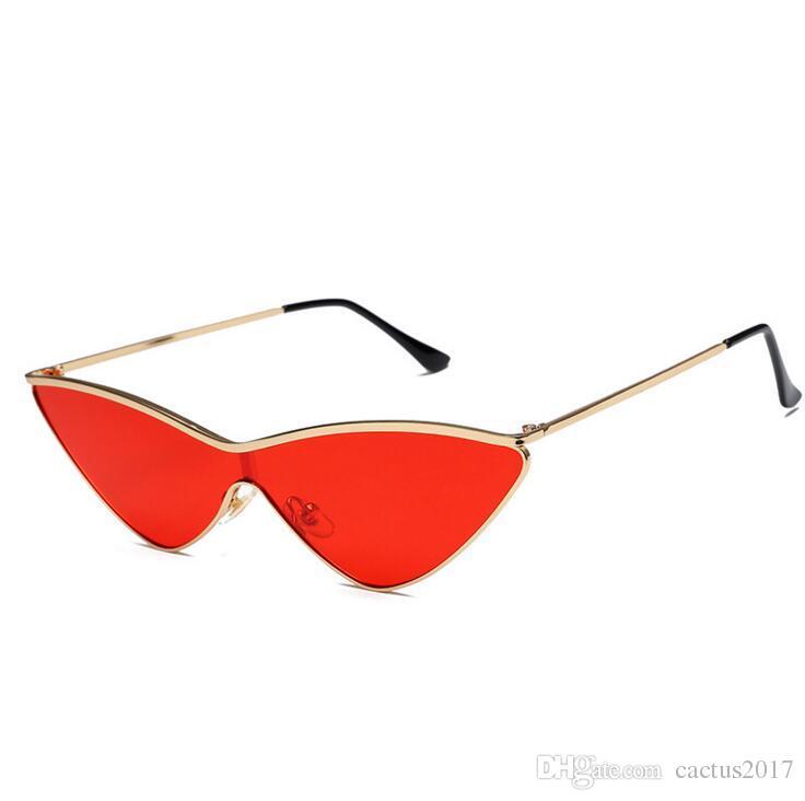 8701546c40945 Compre Triângulo Na Moda Vermelho Em Forma De Cat Eye Sunglasses Mulheres  Siameses Gradiente De Metal Feminino Óculos De Sol Conjunta Pequenos Tons  De ...