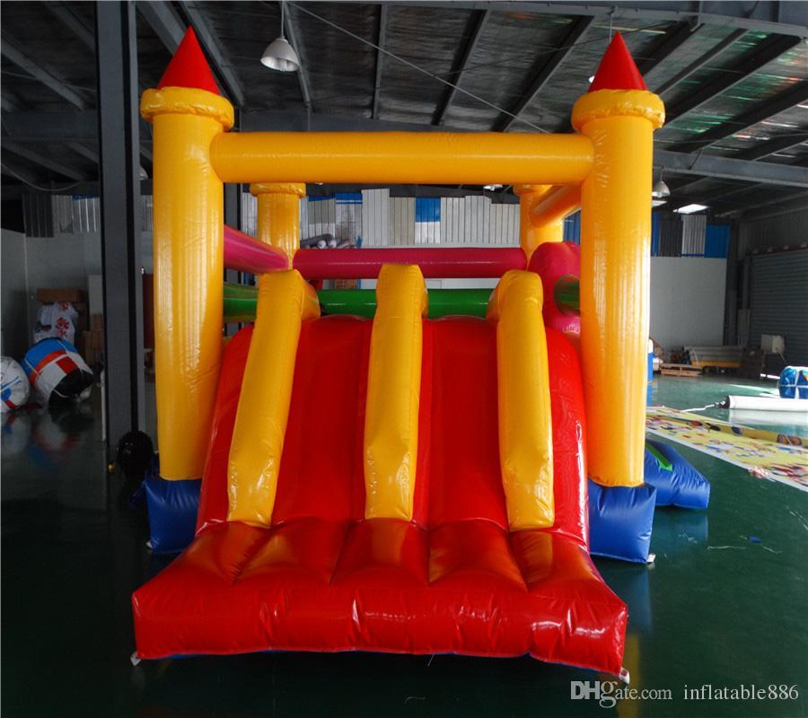 Juego de niños en el interior del patio de recreo inflable trampolín bouncy house slider inflables saltos deslizantes