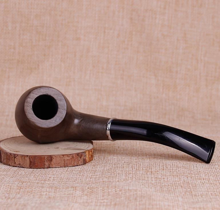 Yaşlı adam cilalı ahşap ahşap basit boru sigara