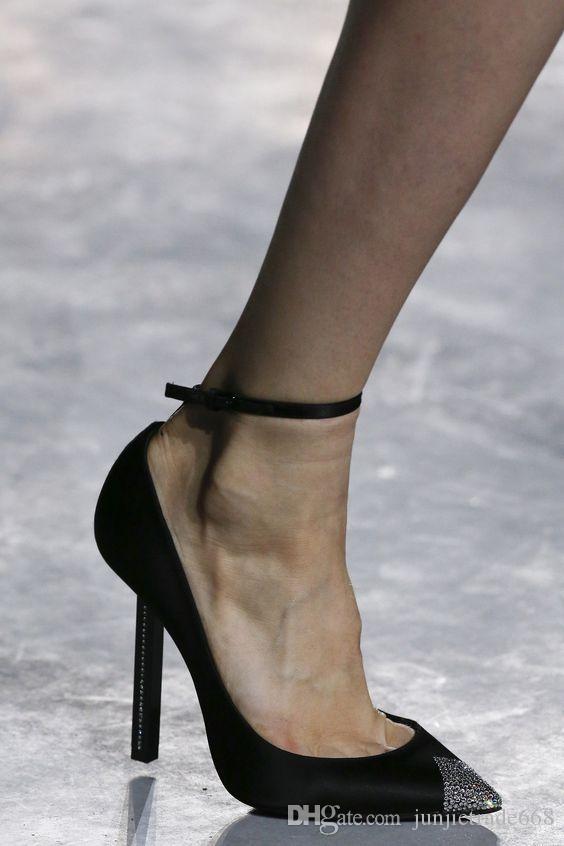 Estilo de moda 2018 nova lista Four Seasons luxo Cristal vestido sapatos de salto alto mulheres dedo do pé do Diamante com a palavra sexy sapatos de casamento