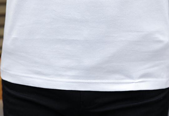 Das neue Sommer-Kurzarm-T-Shirt für Herren mit V-Ausschnitt und unterer Hemdtrend und halben Ärmeln für Herren.