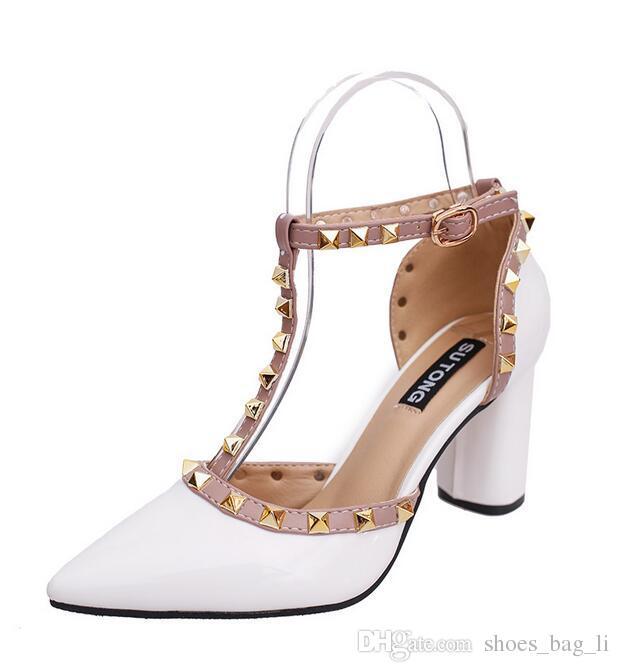 Primavera nuevos remaches salvajes T zapatos de tacón alto color sólido con el paquete con sandalias de las mujeres al por mayor marca de moda casual diseñador