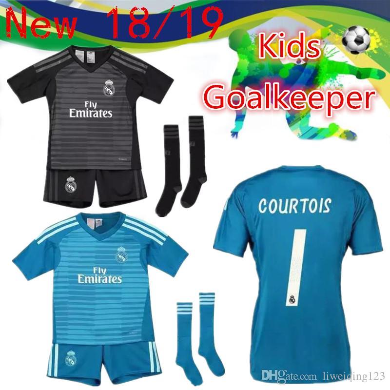 7f99b221fdb91 Compre 18 19 Real Madrid Portero Kit Para Niños + Calcetín Soccer Jersey  2019 Real Madrid Portero Azul   1 NAVAS Negro   25 COURTOIS Uniforme De  Camiseta De ...