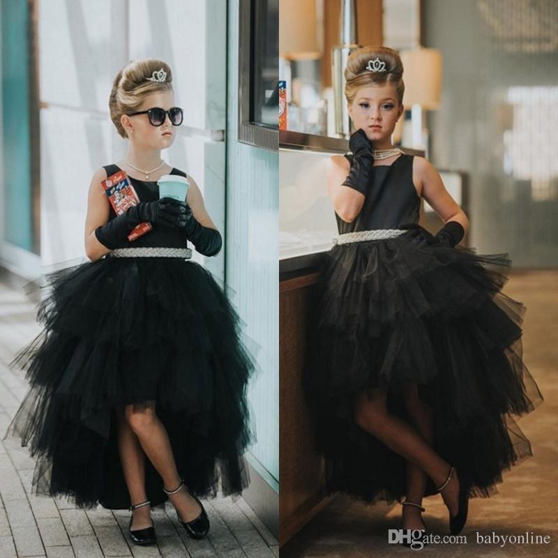 2018 Pouco Preto Ruffles Tulle Girl Pageant Vestido Bonito Tripulação Pescoço Uma Linha Hi-lo Vestido Da Menina de Flor com Sash