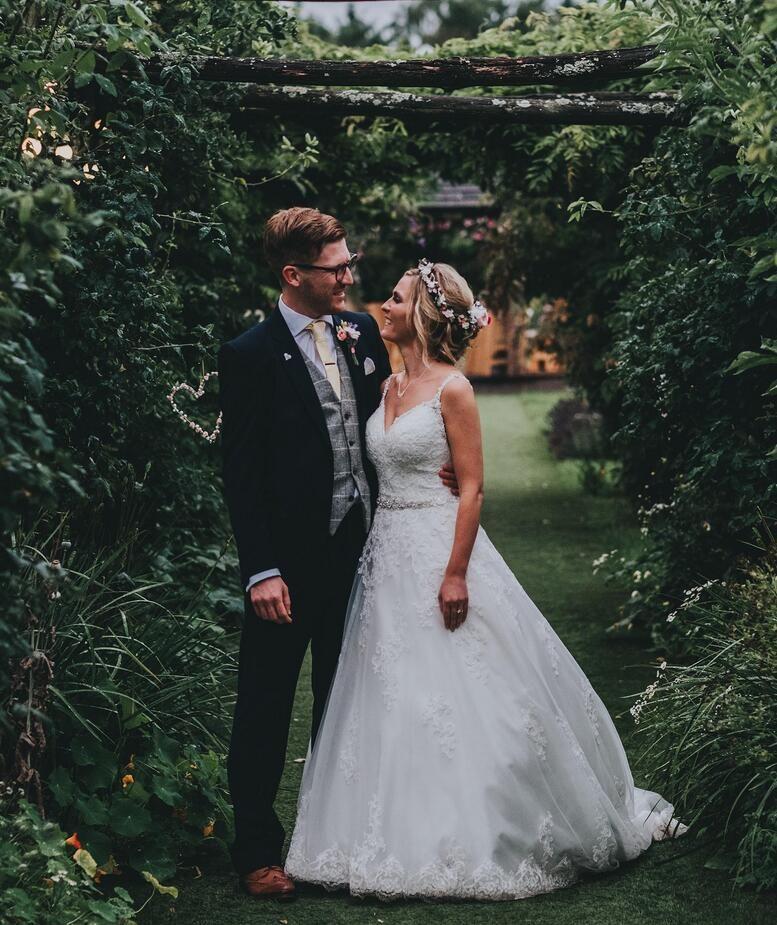 Impresionante encaje blanco vestido de bola vestido de novia capas tul con apliques de encaje sin respaldo barrido tren vestidos de novia vestidos de novia
