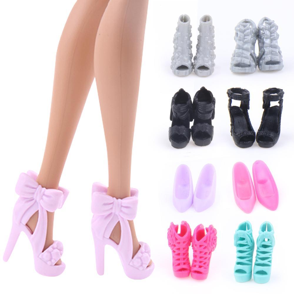 7671185de Compre 5 Par De Sapatos De Boneca Moda Colorida Acessórios Sapatos De Salto  Alto Sandálias Para Babie Roupas Vestido Boneca Melhor Presente Da Menina  ...