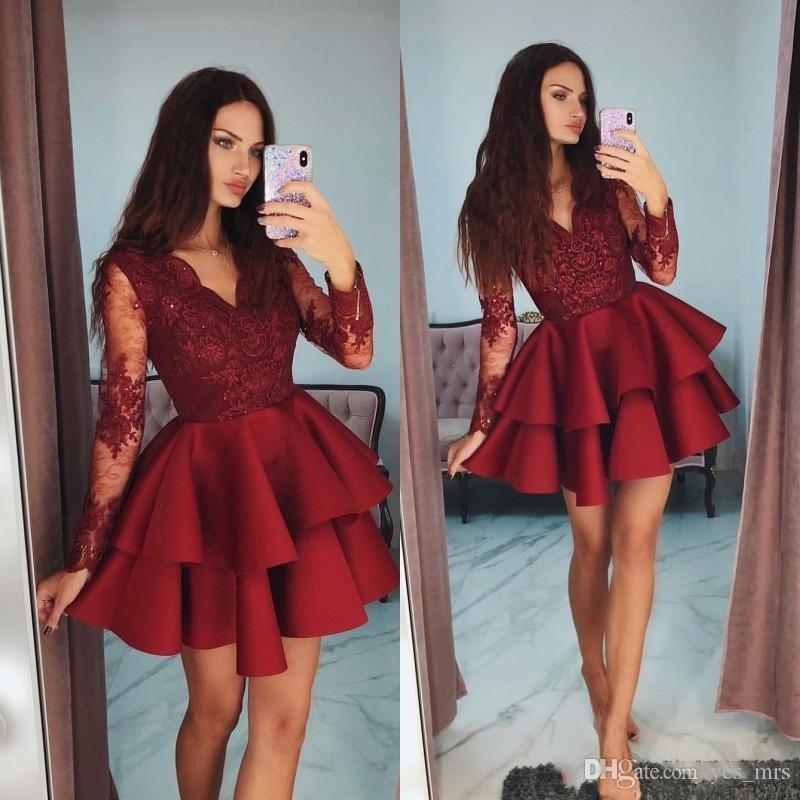 4c388a145 Compre 2019 Nuevos Mini Vestidos De Fiesta Rojo Oscuro Cortos Cuello En V  Mangas Largas Con Cuentas Satén Apliques De Encaje Más Vestido De Fiesta  Tamaño ...