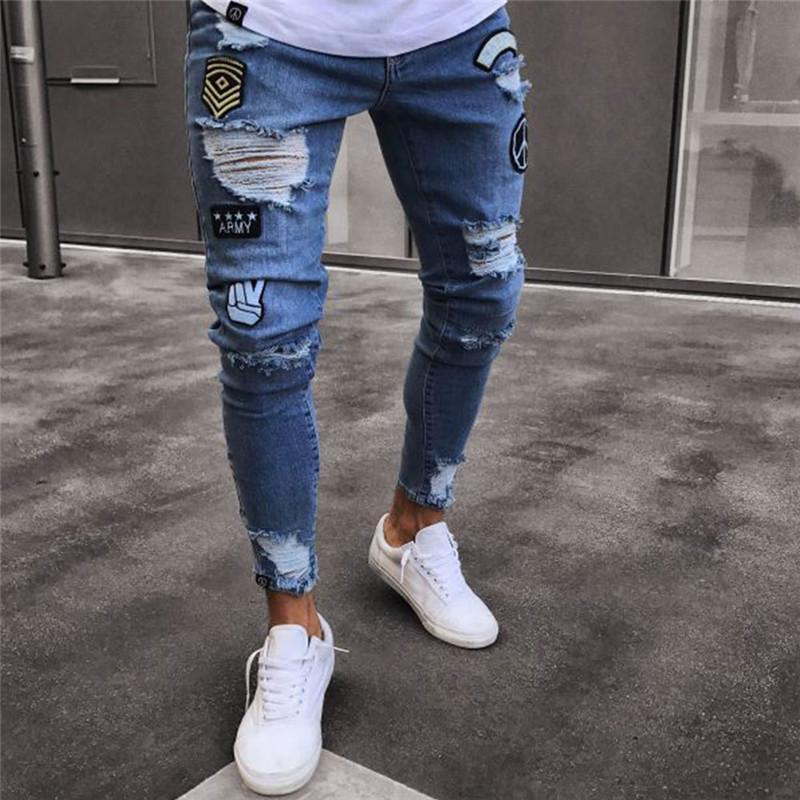 8ccbe32bc Compre Pantalones Vaqueros Rotos Para Hombres Diseño De La Insignia Del  Remiendo Flaco Distressed Marca Biker Hip Hop Gloria Jeans Kanye West Calca  ...