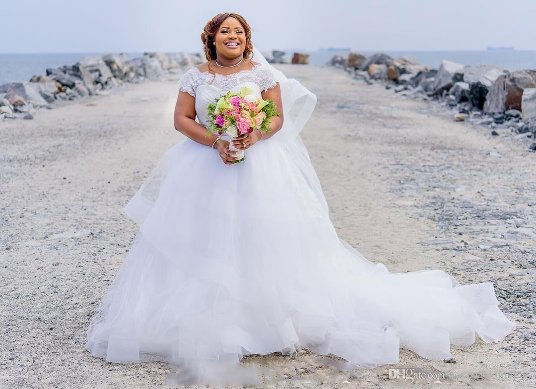 2019 robes de mariée taille plus plage de luxe magnifique dentelle Cap manches Puffy Tulle une ligne robes de mariée avec ruban rose écharpe africaine