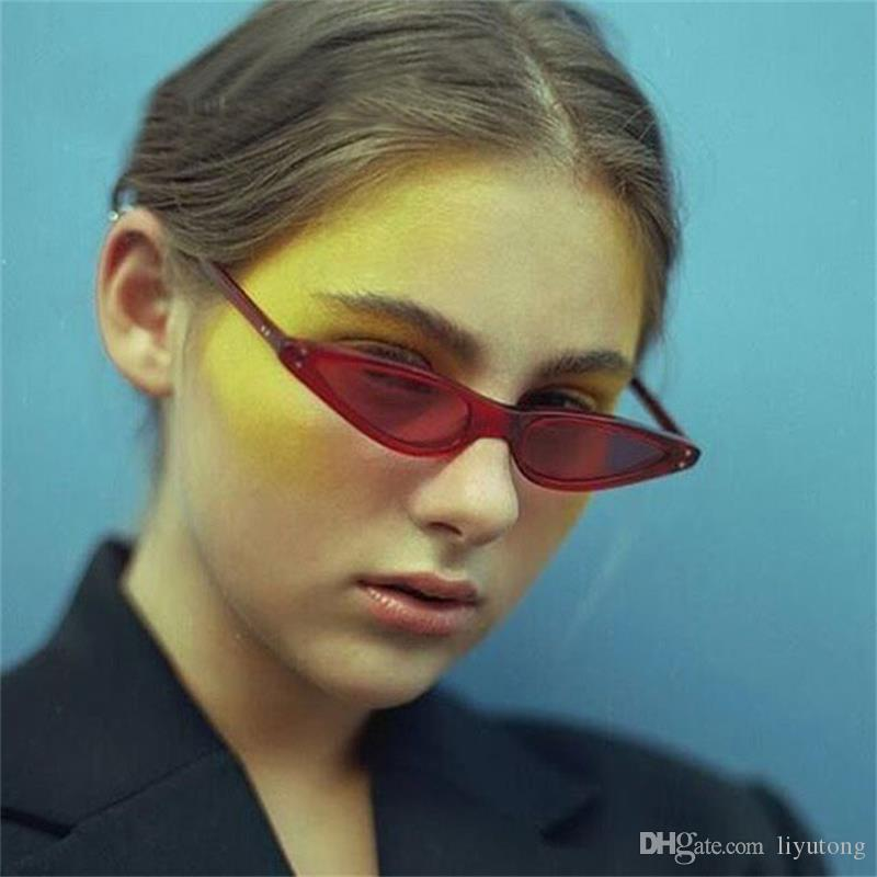 Compre Novo Pequeno Triângulo Olho De Gato Óculos De Sol Das Mulheres Dos  Homens Do Vintage Flat Top Óculos De Moda Vermelho 2018 Elegante Óculos De  Sol ... 27563f500f