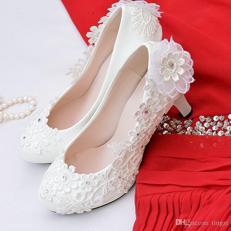 4044cbfea Compre Sapatos De Noiva De Flor Branca De Salto Baixo Rodada Toe  Deslizamento Em Saltos Gatinho Sapatos De Cristal Mulheres Bombas De Salto  Alto Sapatos De ...