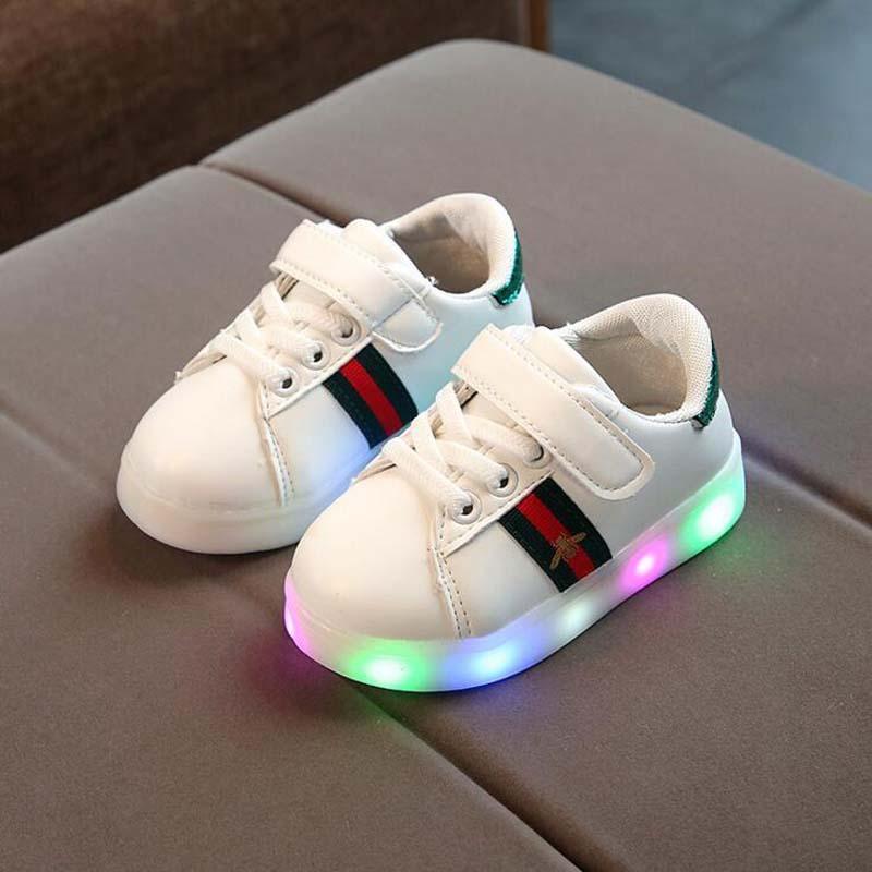 c58d3053db3 Compre 2018 Nova Primavera Das Crianças LED Shoes Qualidade PU Meninos De  Couro Meninas Moda Tênis Com Iluminação Casual Crianças Bebê Sapatos  Brilhantes De ...