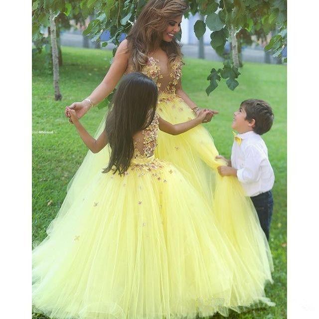 Sarı Tül Prenses Çiçek Kız Elbise Kat Uzunluk Eşleşti Kanat Aplike Sheer Kızlar Doğum Günü Pageant Törenlerinde İlk Communion Elbise F75