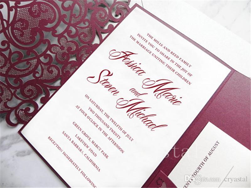 Suite d'invitation de mariage découpée au laser bordeaux en dentelle bourgogne pour mariage vintage - Chemise, pochette d'insertion, RSVP et enveloppes découpés au laser