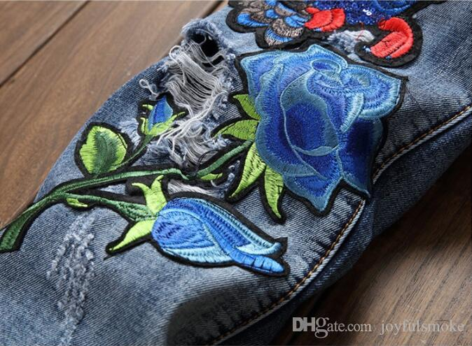 2018 التصميم الأصلي نمط جديد الأوروبية والأمريكية نمط أزياء الاتجاه الثقوب كسر الجينز المطرزة البوم سراويل الرجال الأزرق