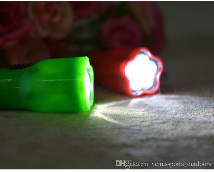 Yürüyüş Kamp Açık Dişli LED Mini Anahtarlık süper parlak el feneri Torch Çiçek Şekli Anahtarlık Yüzük Karışık Renkler