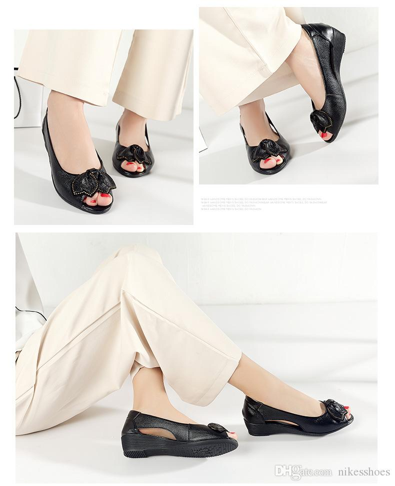 New women's shoes, summer leather skin, middle-aged and old mother shoes, sandals, fish mouth shoes, slope and skid resistance.