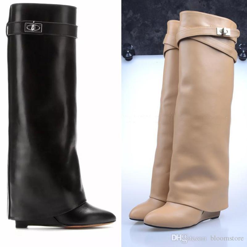 f9a2892c6896e Compre Diseñador Metal Shark Lock Botas Hasta La Rodilla Para Mujer Botas  Altas De Cuero Polaco es Correa Cuñas Zapatos Señoras Knight Layer Boots A   116.59 ...