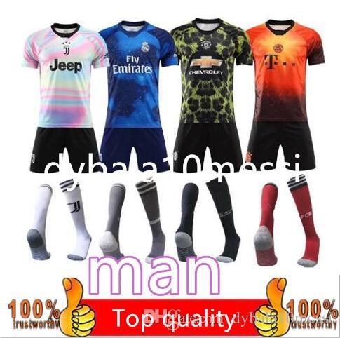 Compre 8 Kit Envío Gratis DHL Nuevo 2019 Versión Especial Juventus Jersey Ronaldo  Camisetas De Fútbol Conjuntos Hombre United Bayern Real Madrid Azul Fútbol  ... 57a115a0525fb