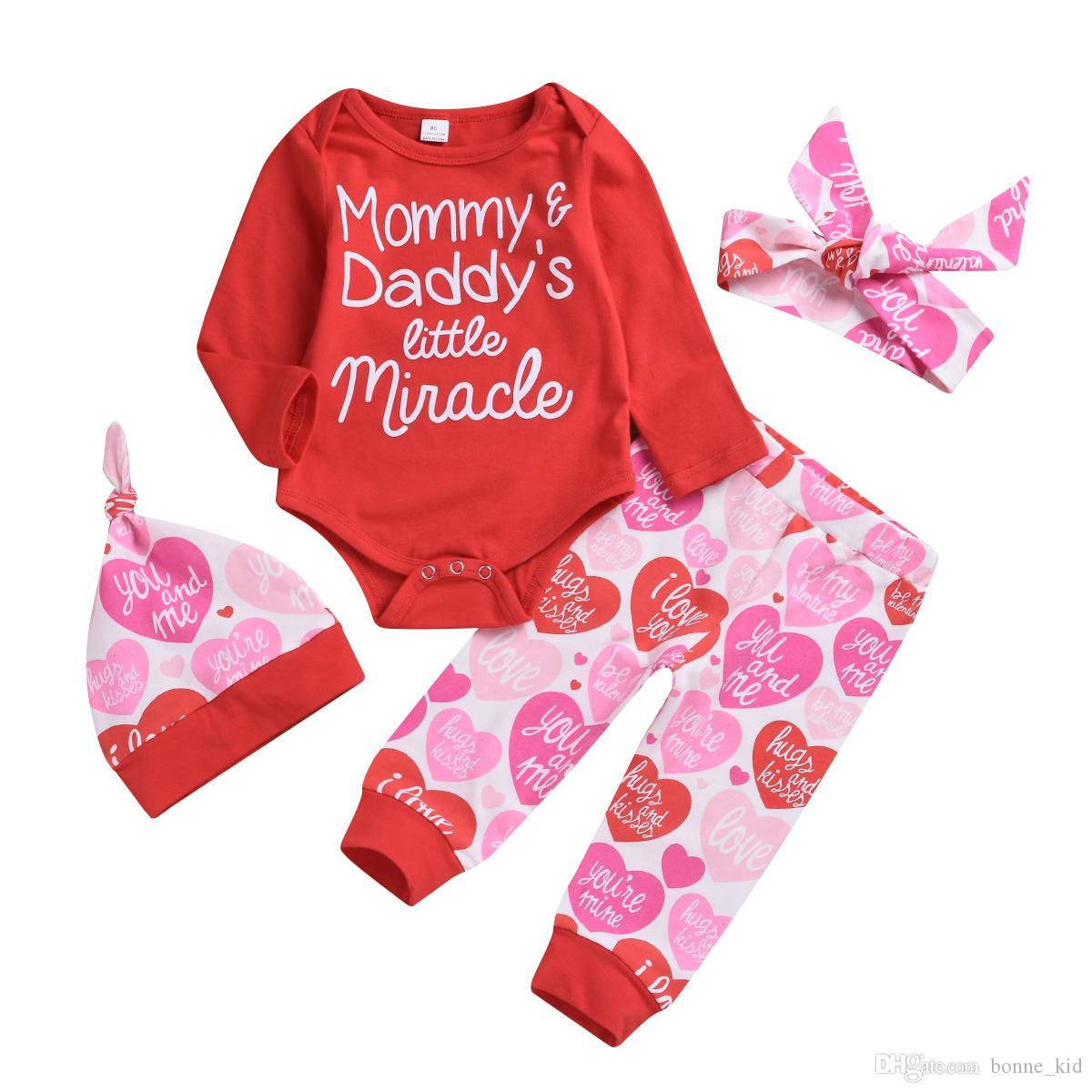 79cc0116f5c66 Compre Día De San Valentín Ropa Para Bebé Niña Peleles + Pantalones + Gorro  + Diadema Conjunto De 4 Piezas Mamá Y Papá El Pequeño Milagro Para Bebé Ropa  ...