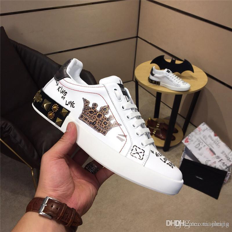 93be870544 Compre Chegam Novas DOLCE GABBANA D.G Palhaço De Poker Graffiti Em  Sapatilhas BRANCAS Sapatos Casuais Com Caixa De Jinang