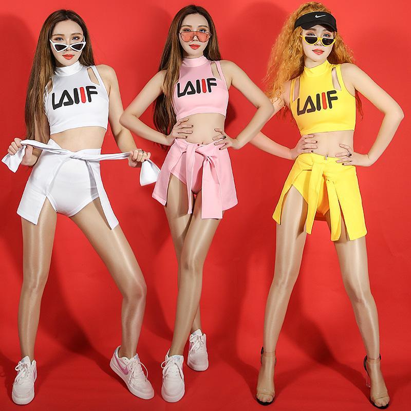 Compre 2019 Blancos Trajes De Baile De Jazz Para Dama Mujeres Bar  Bailarines De Dj Etapa Hip Hop Body Sexy Show Elegante Cantante Top + Short  + Delantal A ... 34bdb77284b