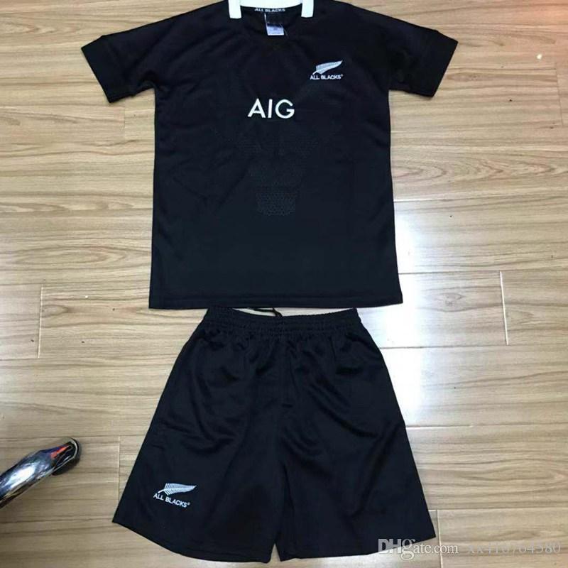 fdf944277 Compre NOVO 2018 2019 Nova Zelândia RUGBY Camisetas RUGBY Crianças Jersey  18 19 Top Quality Todos Preto RUGBY Sports Meninos Camisas Conjuntos De ...