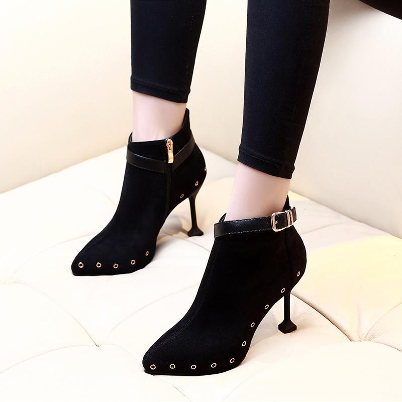 e91dd8bced8 Compre Zapatos Mujer 2019 Nuevo Remache Botines Cortos De Felpa Zapatos De  Mujer Cinturón Hebilla Botas De Tacón Alto Mujeres Súper Talón Negro A   43.61 Del ...