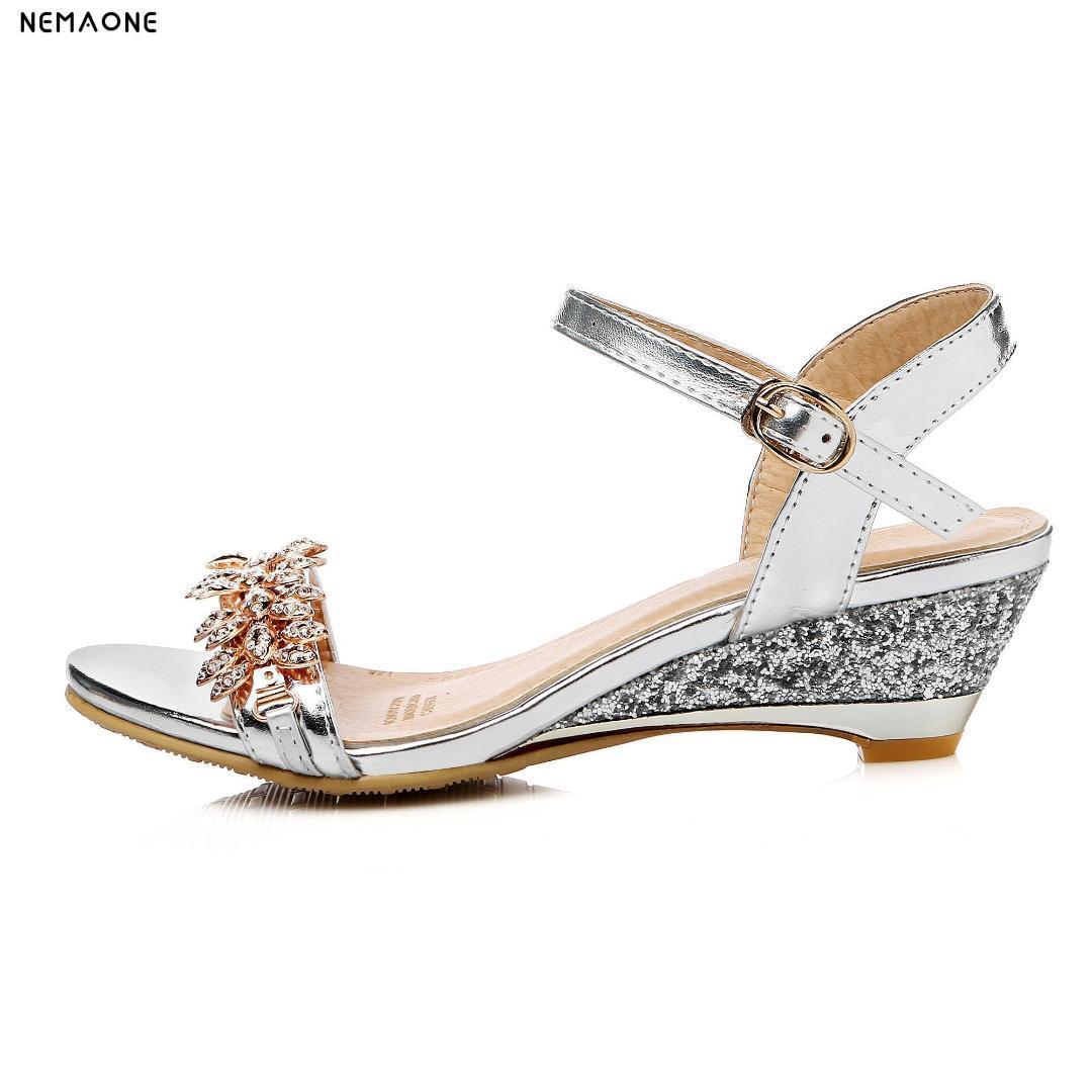 77d3a430ac225 Compre Nueva Moda De Verano Sandalias De Mujer Sexy Crystal Bling Tacones  Medios Zapatos Cuñas Mujer Sandalias Zapatos De Vestir De Fiesta A  80.2  Del ...