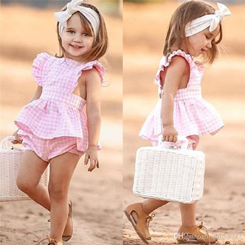 a124a73428 Compre Cute Kid Baby Girl Conjuntos De Verão Xadrez Plissado Manga Fly  Backless Tops Vestido PP Bloomers Shorts Outfits Roupas De Algodão 1 6A De  Qinqin342