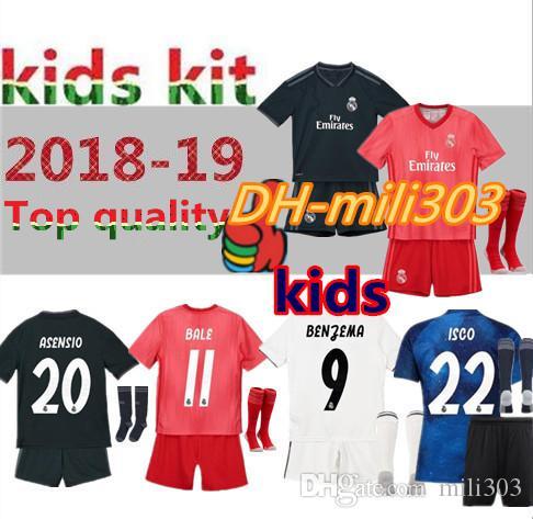 25096fbf5d67a Compre 18 19 Real Madrid Kids Kit Uniformes De Camiseta De Fútbol Local 2018  2019 RONALDO SERGIO RAMOS BALE ISCO MODRIC Benzema Camisetas De Fútbol Kits  + ...