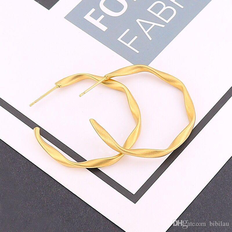 56d04306cc1b Compre Venta Al Por Mayor TE 0050 Titanio Acero Twist Pendientes De Aro De  Color Oro Mate Irregular 1 Par Para Las Mujeres Joyería De Moda Color De  Oro Sin ...