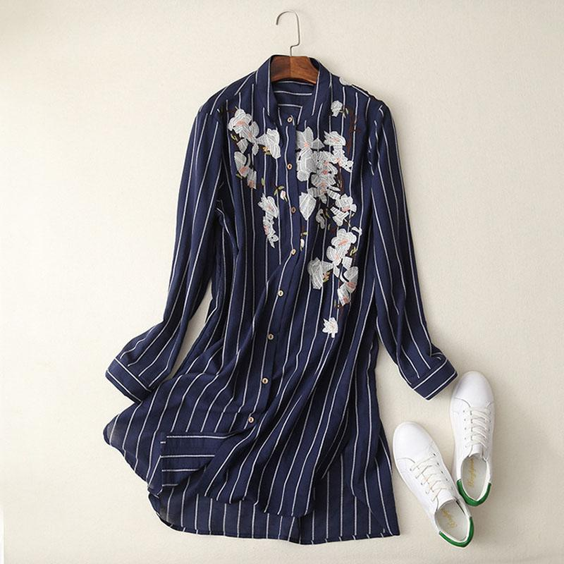 7a264945b711 Moda mujer primavera floral bordado de rayas a rayas dar vuelta abajo  camisa de las señoras diseño largo color azul marino blusa blusas