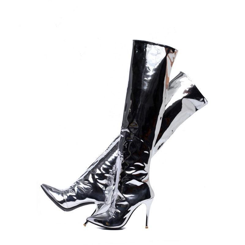Élégante fille en cuir argenté à bouts pointus, talon haut sur le genou, bottes brillantes sexy