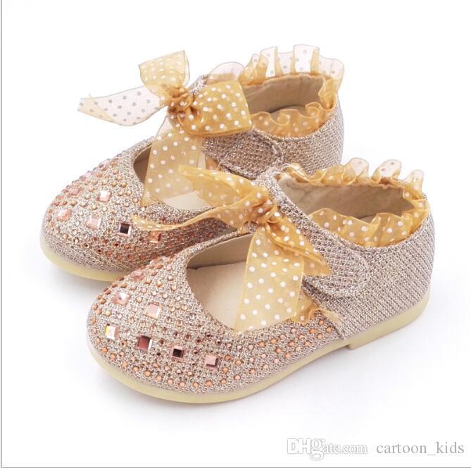 edcbdc7366203 Acquista Scarpe Bambini Vestito Bambina Vestito Da Sposa In Pizzo Di  Cristallo Farfalla Con I Tacchi Bassi Scarpe Principessa Casual Bling Oro  Argento Rosa ...