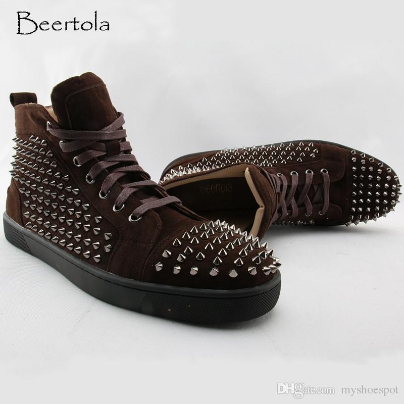 buy popular 3d3c5 ac66e Großhandel Beertola Coffee Suede High Top Herren Sneakers Runde Kappe  Nieten Spikes Schuhe Schnürschuhe Flock Leder Rot Dicke Schuhe   217321 Von  Myshoespot ...